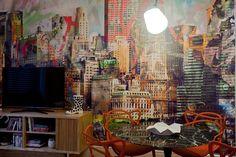 O Apartamento dos Filhos, criado pela arquiteta Marise Marini, divide os 32 m² disponíveis em living (foto), um quarto para o menino de 16 anos e outro para a menina de 14 anos, além de um banheiro que atende aos dois dormitórios. A Casa Cor RJ