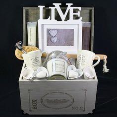 Live and Love  Een prachtig Live and Love, dit is wat u het kersverse Bruidspaar toch graag toewenst. Een schitterend trouwcadeau met mooie Live and Love artikelen in een prachtige houten kist met deksel.