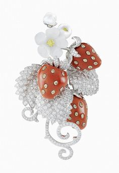 Fraises clip, Palais de la chance collection, Van Cleef & Arpels: white gold, white and yellow diamonds, white mother-of-pearl and red coral. – photo via Van Cleef & Arpels Coral Jewelry, High Jewelry, Jewelry Art, Antique Jewelry, Jewelry Design, Animal Jewelry, Luxury Jewelry, Van Cleef Arpels, Van Cleef And Arpels Jewelry
