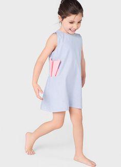 niña con vestido a rayas