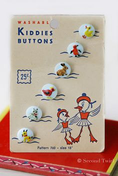 Adorable Vintage Children's Glass Buttons on Original Ducky card. Vintage Sewing Notions, Vintage Sewing Machines, Vintage Sewing Patterns, Button Cards, Button Button, Look Vintage, Vintage Art, Sewing A Button, Vintage Buttons