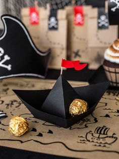 Candy container in the shape of a pirate ship. Present sweets and treats in an original way on a pirate birthday table! Paper pirate ship to find on www. Decoration Pirate, Pirate Party Decorations, Birthday Decorations, Paper Decorations, Pirate Party Tables, Birthday Party Tables, Boy Birthday Parties, Deco Pirate, Pirate Theme