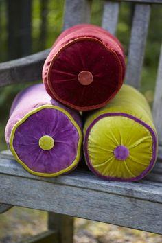 Cojines rulo. Bonitas combinaciones de color. #patternpod #beautifulcolor #inspiredbycolor