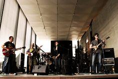 Seit 2010 spielen die fünf Musiker von Moonrox zusammen, neben eigenen Songs auch Coverversionen großer Hits, unter anderem von ZZ Top, Alex Harvey oder Hermann Brood. Mit ihrer Mischung aus Bluesrock, Funk und Soul haben die Duisburger am 26. Mai 2011 die plastikBAR-Hofkonzerte im LehmbruckMuseum eröffnet.