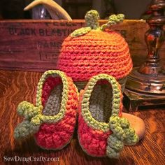 Pumpkin crochet Baby Infant booties - Free Pattern at SewDangCrafty.com baby shower baby gift