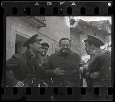 Ernest Hemingway (tercero per la izquierda), Herbert Matthews, periodista del 'New York Times' (segundo por la izquierda) y dos soldados republicanos. Guerra Civil