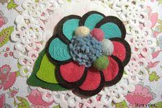 laura valea...: más broches nuevos, esta vez, flores de fieltro...