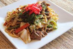 """Gli yakisoba sono spaghetti giapponesi mischiati con verdura e carne. Devono essere serviti con l'apposita salsa yakisoba. Si tratta di un alimento molto popolare in Giappone, che piace a tutti. Se vuoi preparare a casa questo buonissimo piatto, vieni su www.domechan.com, nel menù scegli """"shop"""" e poi la sottocategoria """"ricette"""". Li troverai ingredienti ( che puoi acquistare direttamente sul sito)e modalità di preparazione step by step. Vi aspettiamo numerosi su Domechan.Buon appetito!"""