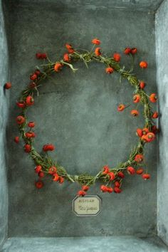 rosehips garland - Holiday wreaths christmas,Holiday crafts for kids to make,Holiday cookies christmas, Wreaths And Garlands, Holiday Wreaths, Door Wreaths, Christmas Decorations, Fall Scents, Deco Floral, Noel Christmas, How To Make Wreaths, Yule