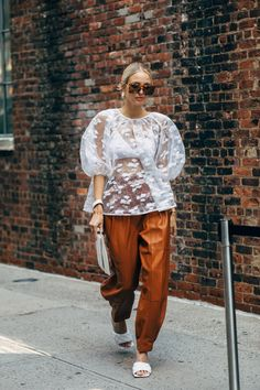 New York Fashion Week Delivered All the Street Style You've Been Waiting For Look Street Style, New York Fashion Week Street Style, Spring Street Style, Cool Street Fashion, Casual Street Style, Street Styles, First Day Outfit, Fashion News, Fashion Trends