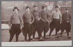 Zes mannen op een rij poseren in klederdracht. 1900-1910 #NoordHolland #Marken