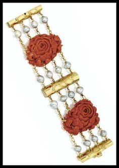 Vyřezávané korálové, zlato a perlové růže a bambusový náramek od Seaman Schepps.  Přes diamanty v knihovně.