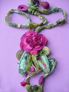 Collana tessile:feltro, organza, passamaneria. Elena Fiore