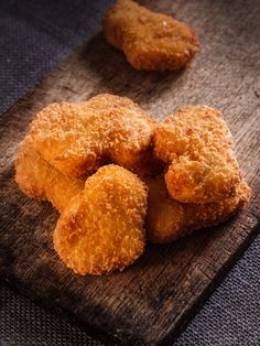 Nuggets crousti-moelleux (au four) : 6 escalopes de poulet - environ 1/2 litre de lait - 100 g de farine - 2 oeufs - 150 g de chapelure - sel, poivre
