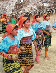 Mujeres gunas panameñas en una danza tradicional de su pueblo.