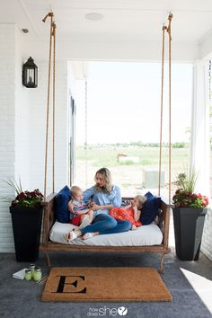 Home Interior Ideas Beautiful DIY Farm-Inspired Porch Swing Diy Furniture Projects, Woodworking Furniture, Outdoor Furniture, Diy Projects, Woodworking Workbench, Woodworking Workshop, Farmhouse Furniture, Fine Woodworking, Farmhouse Porch Swings