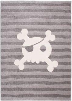 Votre petit pirate va adorer ce tapis enfant tête de mort ! Pour compléter son univers, rien de mieux que ce tapis Pirate Skull d'une extrême douceur ! C'est parti pour l'incroyable chasse aux trésors sur une île lointaine peuplée de créatures imaginaires ! Dimensions: 120 x 170 cm