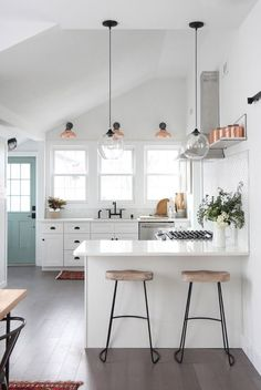Obsessions: 13 Incredibly Cool Kitchens (For Every Style) A modern farmhouse kitchen Inspiration for your home. A modern farmhouse kitchen Inspiration for your home. Farmhouse Kitchen Inspiration, Farmhouse Style Kitchen, Modern Farmhouse Kitchens, Home Decor Kitchen, Interior Design Kitchen, New Kitchen, Home Kitchens, Kitchen Ideas, Studio Kitchen