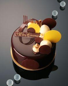 Рождественский торт, украшенный шоколадной  зеркальной глазурью