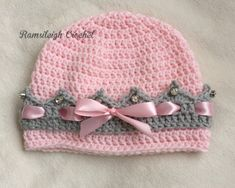 Girly Crown HatThis crochet pattern / tutorial is available for free. Full Post: Girly Crown Hat More Baby Knitting Patterns Hat crochet princess hat with crown edge … [Free Pattern] This Toddler Hat Has Everything A Girly Hat Needs: A Crown, Ribbon And Crochet Girls, Crochet For Kids, Free Crochet, Knit Crochet, Crochet Toddler Hat, Crochet Baby Hats Free Pattern, Slippers Crochet, Newborn Crochet, Crochet Beanie