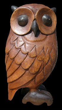 Coruja de madeira entalhada, com o Corpo ea Cabeça Virada parágrafo hum Lado.
