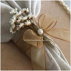 LC Porta Guardanapos Exclusivos Rustic Napkin Rings, Rustic Napkins, Jute Crafts, Diy And Crafts, Wedding Decorations, Christmas Decorations, Table Decorations, Animation Soiree, Napkin Folding