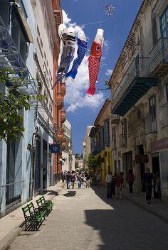 Una calle de La Habana Vieja, Cuba, llena con historia y cultura. Me gustaría ir allí y encontrar a mí mismo. Se ve hermoso. Congestionada pero bonito.