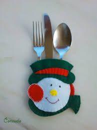 modelos de porta cubiertos - Buscar con Google Christmas Tablescapes, Christmas Themes, Christmas Holidays, Christmas Decorations, Felt Christmas Ornaments, Christmas Snowman, Christmas Sweaters, Felt Crafts, Christmas Crafts
