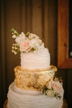 Wedding Cake: Glittering gold cake (three pennys via grey likes weddings) Wedding Blog, Wedding Styles, Wedding Venues, Wedding Day, Cake Wedding, Alternative Wedding Cakes, Golden Cake, Cake Bars