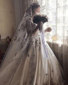 """Cận cảnh chiếc váy cưới lộng lẫy đến choáng ngợp của cô dâu Nga đang làm """"náo loạn"""" mạng xã hội Ball Gown Dresses, Bridal Dresses, Pretty Dresses, Beautiful Dresses, Fluffy Wedding Dress, Elegant Wedding, Dream Wedding, Sparkle Outfit, Inexpensive Wedding Venues"""