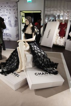 Harrods, Chanel pop-up shop, pinned by Ton van der Veer Visual Merchandising Displays, Visual Display, Display Design, Store Design, Shop Window Displays, Store Displays, Retail Displays, Coco Chanel, Pop Up Shops