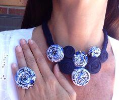 #Collar de #trapillo tipo babero en flores marino y estampado. #Maxi anillo a juego.