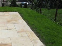 Natürliche Art der Terrasseneinfassung: Die Terrasse grenzt direkt an den Rasen an – jonastone