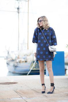 CARCASSONNE – Mi Aventura Con La Moda. White shirt+navy polka-dots dress+blue lace-up pumps+silver chain shoulder bag+sunglasses. Fall Everyday Outfit 2016