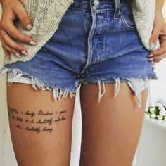modele tatouage sur la cuisse citation ecriture jambe femme tattoo pattern on the thigh quote writing woman's leg Thigh Script Tattoo, Script Tattoo Placement, Thigh Tattoo Quotes, Arm Tattoo, Sleeve Tattoos, Female Quote Tattoos, Tattoo Schrift Bein, Trendy Tattoos, Girl Tattoos