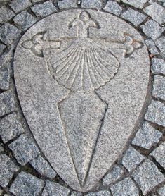 Croix de Saint Jacques de Compostelle sur trottoir <- Love this! Camino Portuguese, Coquille St Jacques, Totenkopf Tattoos, Portugal, The Camino, Scallop Shells, World Cities, Yesterday And Today, Saint James