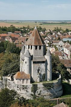 An incredible site for learning everything about luxury hotels and the French art of welcoming on this site: http://www.laurentdelporte.com/en/  Vue aérienne Tour César à Provins © OT Provins / J.F Benard