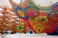 Exposta em Hakone, no Japão, o Open Air Museum Hakine é um espaço com cores vibrantes e que une crochê e tricô.