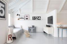 פינת הטלוויזיה הממוקמת מול הסלון בקומה העליונה, שכולה חלל פתוח ורחב ידיים באווירת לופט  ( צילום: עדי גלעד )