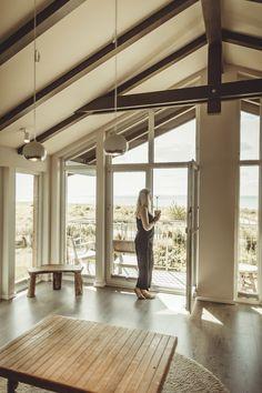 Hotels am Meer – die schönsten 7 Hotels mit Meerblick Hotel Am Meer, Hostels, Track Lighting, The Good Place, House Design, Ceiling Lights, Living Room, Amazing, Places