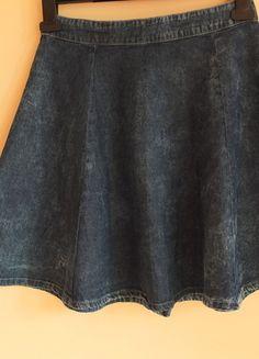 Kup mój przedmiot na #vintedpl http://www.vinted.pl/damska-odziez/spodnice/10185933-jeansowa-marmurkowa-spodnica-kloszowana-taliowana-stradivarius