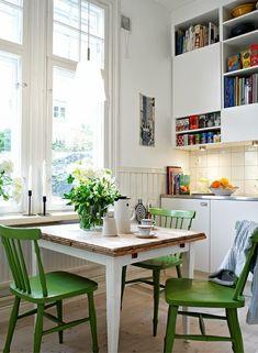 kleine Küche grüne Stühle Essplatz Wandschränke Regalen