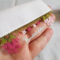 @marifetlieller42 👈 #igneoyasimodelleri #sunum #elemeği #göznuru #ceyizlik #havlu #moda #cool #mutfakhavlusu #namazörtüsü #tülbent… G Eazy, Moda Emo, Diy And Crafts, Coin Purse, Pink, Hippy, Embroidery, Create, Lace