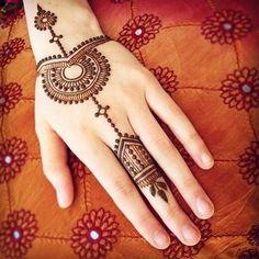 5 Amazing Arabic Bridal Mehndi Designs For Girls Circle Mehndi Designs, Mehandi Design For Hand, Mehndi Designs For Kids, Finger Henna Designs, Mehndi Designs Feet, Back Hand Mehndi Designs, Full Hand Mehndi Designs, Mehndi Designs Book, Mehndi Designs For Beginners