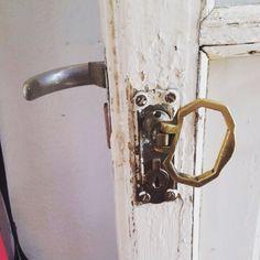 Cerrajeros Alboraya 603 909 909 cambio de puerta antigua por puerta blindada. Y de recuerdo esta foto de una cerradura antigua de la época de #cuentame #puertas #cerrojos #cerraduras #cierres #serrallers #locksmiths