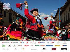 #vivaenelmundo VIVA EN EL MUNDO. En Perú se celebran cerca de 3.000 festivales cada año en todo el país, en su mayoría son las fiestas religiosas en honor a un santo patrón. Sin embargo, los peruanos lograron armonizar algunas de sus antiguas formas de adoración dando como resultado un espectáculo lleno de color del canto, la danza y representaciones teatrales que celebran el patrimonio local. No deje de conocer sobre este hermoso país a través de nuestra edición 2015 de VIVA PERÚ.