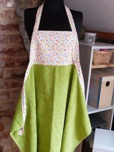 23 Ideas for baby bath towel apron accessories Towel Apron, Sewing Aprons, Sewing Diy, Apron Tutorial, Baby Nursery Diy, Diy Bebe, Diy Baby Gifts, Baby Sewing Projects, Baby Couture