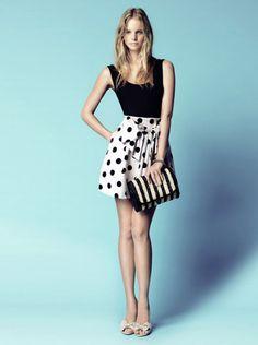 vestido corto negro con falda estampada lunares de blanco