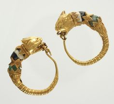 Hellenistic, Pair of earrings with lynx head terminals, late 2nd century BCE, gold; glass; 3 x 2.4 cm