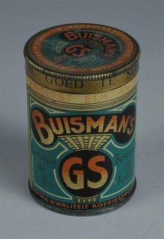 """Oma zette Koffie met de hand, en met opgeklopte melk. Daarom om het te versterken, hoorde er een schepje Buisman in. •°•°Rond Buisman koffieblikje met deksel en blauw met zwart, rood en goud, merknaam """"BUISMAN"""" en gestileerde kroon"""
